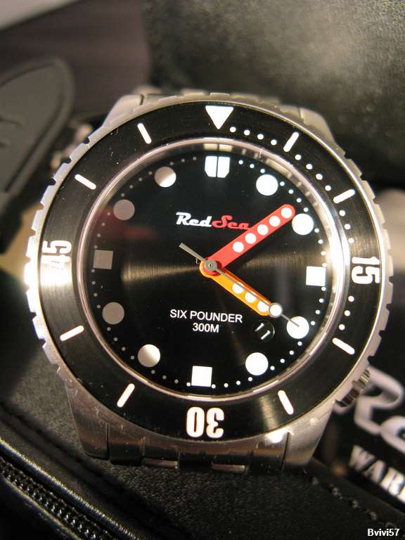 Gros plan de la montre RedSea Six Pounder